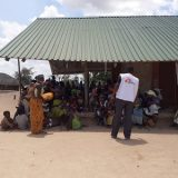 As the conflict in Cabo Delgado (northern Mozambique) increases in intensity, MSF teams bring health care to beneficiaries through mobile clinics. In this picture, an MSF staff member is introducing the organization to beneficiaries, who are waiting to be seen by medical professionals at Impire village.